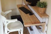 Schreibtisch / Schreibtische, welche meist selbstgemacht und platzsparend sind.
