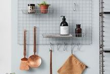 Decorek / Het nieuwste rek van Tomado, het decorek. Ideaal voor in de keuken of in je kantoor. Allerlei spullen kun je er handig op kwijt. Inclusief 6 haakjes en 2 bakjes. Ophangen aan de muur!