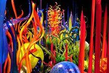 Dale Chihuly 1941 - glass / sklo všech tvarů,barev- lustry, mísy, vázy, obtazy, zahradní i vnitřní bytové plastiky,