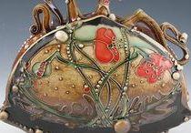 LONG Carol - POTTERY / keramika-vázy,dozy,konvice,mísy,kachle,šperky,talíře