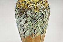 Carol Alleman / americká keramička pracující s hlínou,bronzem-technika vykrajování motivů květin,stromů apod. vázy,talíře,dozy,kachle