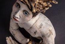 Amanda SHELSHER / americká sochařka,keramička pracující hlavně s kombinací pálené hlíny a sgrafit,koláží,barva+glazura-figury,bysty,hlavy