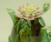 Donna CAUSLAND / keramické konvičky zdobené plastickými květy- originál květinové konvičky