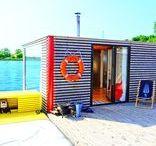 Domek HT10 / Domek na wodzie HT10, dzięki wyjątkowo dużej szybie panoramicznej daje uczucie przebywania w otwartym pomieszczeniu, co jeszcze bardziej przybliża mieszkańców do natury.  POCZUJ PRAWDZIWĄ PRZESTRZEŃ  Domek posiada suchą saunę umieszczoną w kabinie prysznicowej. Dzięki dwóm obszernym sypialniom, przebywanie w nim jest wyjątkowo wygodne.