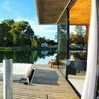 Domek HT2 / Domek na wodzie HT2 jest to jeden z najbardziej wyjątkowych apartamentów na wodzie w naszej ofercie. W całości wykonany jest z aluminium. By dostarczyć użytkownikom maksymalnych doznań obcowania z wodą i przyrodą, posiada ogromne przeszklenie z oknem przesuwny.Sauna posiada rozkładane ławki, a w salonie znajduje się kominek opalany drewnem. Istnieje możliwość pływania domkiem po jeziorze za dodatkową opłatą.