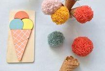 Pompons : Pom Pom Pidou / Ces jolies petits Pompons s'invitent de plus en plus chez nous ! Nous vous présentons quelques photos pour vous donner quelques idées.  Voici plusieurs articles - Formes à Pompons : https://www.bergeredefrance.fr/formes-a-pompons-plastique-colore-3-5-a-9-cm-prym.html - Kit de petites pelotes : https://www.bergeredefrance.fr/kit-8-petites-pelotes-pastel-bergere-de-france.html - Kit de feutrine : https://www.bergeredefrance.fr/kit-feutrine-chenille-et-yeux-bergere-de-france.html