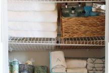 Linen Closet Organization / A organized linen closet makes a happy momma! Keep your linen closet organized today.
