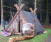 Viking kampement / Yggdrasil is een Viking LARP evenement. Met de afbeeldingen die je hier kunt vinden proberen wij een beeld te geven van hoe een kampement van Vikingen eruitziet.