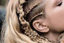Viking haardracht / Yggdrasil is een Viking LARP evenement. Een algemeen beeld van de Vikingen is dat ze veel vlechten in hun haar hadden, dit kan niet 100% bevestigd worden, maar het kan ook niet verworpen worden. Hier kan je dan ook inspiratie vinden voor haardracht en verschillende vlechten.