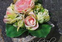 Grafwerk van zijden bloemen