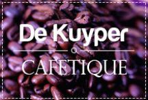 Cafétique / Cafétique is heerlijke likeur voor in uw koffie. Het zit in handige cupjes in precies de juiste hoeveelheid. Zo maakt u in een handomdraai een heerlijke 'Italian Coffee', 'French Coffee', 'Irish Coffee' of 'Spanish Coffee'. Kopje koffie maken, cupje Cafétique erin schenken en genieten maar.