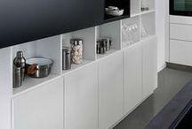 ARCOS BLANC OXYD BLUE / Traumküche in Weiß: Die moderne Küche Arcos Blanc überzeugt mit ihrem schlichten Design, klaren Linien und samtweichen Oberflächen. Sie wirkt dabei sowohl harmonisch als auch besonders nobel. Mit ihren cleveren Schrank- und Stauraummöglichkeiten kommt sie ganz ohne Griffe aus. Entdecke jetzt die schönsten Designküchen in der Trendfarbe Weiß!