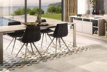 ARCOS STUCCO GREY / Warmes Holzdekor trifft auf markante Betonoptik. Der Industrial-Look liegt 2018 absolut im Trend. Die Kombination aus schlichten Holz- und Betonfronten verleiht Deiner Wohnung eine besondere Gemütlichkeit im angesagten Design. Entdecke jetzt die schönsten Einrichtungsideen für den modernen Industrial-Look.