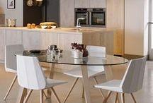 ARCOS TIP ON / Die Arcos Tip On präsentiert eine gelungene Kombination aus Betonoptik und hellen, warmen Holzdekors. Dabei kommt sie ganz ohne Schnörkel aus und wirkt zeitlos, edel und modern zugleich. Zudem realisiert sie den aktuellen Trend von grifflosen Küchen. Jetzt klicken und die aktuellsten Küchentrends entdecken.