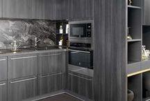 ARCOS ZONZA / Die Designküche Arcos Zonza verschmilzt regelrecht mit ihrer Umgebung. Die moderne Küche ist direkt in den Raum eingelassen und wirkt dabei auffällig und unaufdringlich zugleich. Hinter den geraden Fronten dieser Küche versteckt sich alles, was sich Küchenliebhaber wünschen. Jetzt klicken und die aktuellsten Küchenmodelle entdecken!