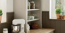 BOLERO / Küchen im Landhausstil sind voll im Trend. Mit hellen Holztönen und raffinierten Designelementen wirken sie keinesfalls altmodisch, sondern absolut modern und einladend. Trotzdem behalten sie ihren ganz besonderen Landhaus-Charme. Jetzt klicken und die schönsten Beispiele für moderne Landhausküchen entdecken.