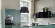 BOXEA SHAMROCK / Die Boxea Shamrock bringt Farbe in Ihr Zuhause. Der angesagte Grünton kommt bei der modernen Küche durch die hochwertige matte Lackierung perfekt zur Geltung. Der frische, naturverbundene Look ist dabei absolut im Trend. Jetzt klicken und vom aktuellen Küchen-Farbtrend inspirieren lassen.