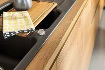 EOLIS POP / Holzküche modern umgesetzt. Die Küche Eolis Pop bezaubert mit ihrer natürlichen Holzoptik, die ganz ohne Schnörkel auskommt. Die grifflose Küche wirkt mit dem hellen Holz sehr freundlich und bietet zudem auch noch viel Platz und Arbeitsfläche. Jetzt klicken und die schönsten Beispiele für moderne Küchen mit viel Holz entdecken.