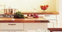 SCARLETT / Eine Landhausküche, die vieles kann: die Scarlett von SCHMIDT Küchen und Wohnwelten. Diese romantische Landhausküche verpackt moderne Küchenelemente in der Optik einer klassischen Landhausküche. Sie bezaubert dabei mit vielen kleinen Details und Verzierungen, welche der schönen Landhausküche einen ganz eigenen Charme verleihen. Entdecken Sie jetzt die attraktiven Gestaltungsideen von Landhausküchen.