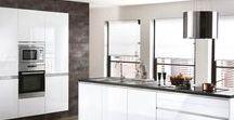 STRASS / Die Designküche Strass punktet mit ihren schneeweißen Lackfronten. Damit präsentiert sich diese moderne Küche sowohl elegant als unglaublich funktional. Die Küche bietet viel Stauraum sowie Platz zum Kochen und wirkt dennoch edel. Das clevere Küchendesign mit Kochinsel kommt dabei ganz ohne Griffe aus. Jetzt klicken und die schönsten Beispiele für praktische Kücheninseln entdecken.