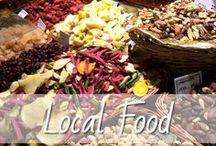Local Food / Was Urlaube und Reisen meistens so besonders machen ist die lokale Küche, die zur Kultur einfach dazu gehört, mit ihren exotischen Zutaten und Gewürzen. Wir lieben es über Märkte zu schlendern und frisches Essen zu genießen. Hier sammel ich für euch die leckersten Gerichte, Köstlichkeiten und Rezepte, die mir auf meinen Reisen begegnet sind.