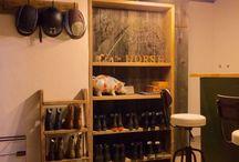 レセプションルーム / 乗馬の牧場のレセプションルームです。ドアから照明、床から天井、インテリア、CLOSEプレート、クリスマスリースなど、バースツール以外は全て自作DIYです。
