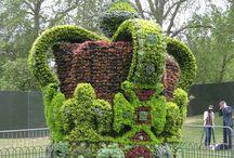 Skulpturer av hekk , busker og blomster