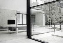 02    THE ARCHITECT / harmony     clear lines     open spaces Een minimalistisch interieur zonder veel poespas. De basis zijn de heldere lijnen, weinig visuele ruis door het weglaten van accessoires. Er is veel licht en een ruimtelijk gevoel, de basis kleur is wit aangevuld met lichte grijstinten, zwarte accenten, glas en beton