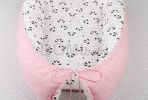 Hnízdečko pro miminko / Oboustranné hnízdo pro miminko, vhodné pro novorozence a kojence. Díky svému tvaru dodává miminku pocit bezpečí a zajišťuje klidný spánek.