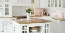 Traumküche / Gesunde Rezepte und leckeres Essen lassen sich am besten in der perfekten Küche zubereiten. Viel Licht, weiß und Holz.