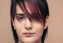 KC Collection - BLUSH / KC Collection Blush katselee maailmaa roosan sävyisten lasien läpi. Sävyt valitaan ihon värin mukaan, skaala on laaja: aprikoosi, persikka, ruusu, rosé, shampanja, mauve, kanerva sekä beigeen ja nudeen kääntyvät sävyt. Vaalean läpikuultavalle iholle toimivat pinkin sävyt, persikkainen vivahde puolestaan sopii todella moneen ihonsävyyn. Leikkaus ajatellaan kehykseksi kasvoille; mukana on paljon otsahiuksia. *** Hiukset: KC Team Kuvat: Jouni Harala Meikki: Ilkka Ruotsalainen