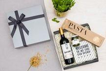 Geschenkideen für Hobbyköche / Entdecke außergewöhnliche Geschenkideen für alle Hobbyköche und Gourmets.   Verschenke Geschenksets mit leckerem Risotto, Wein, Pasta, hochwertigem Olivenöl oder Pesto.