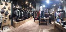 KAPORAL / PAP MIXTE Apparue sur le marché français en 2004, KAPORAL fait ses premiers pas dans le denim. Devant le succès de ses collections de jeans, la marque se diversifie jusqu'à proposer une gamme complète de vêtements pour Homme et Femme.   KAPORAL est aujourd'hui une marque lifestyle avec un réel savoir faire dans le denim et une gamme développée d'accessoires (lunettes, montres, chaussures, maroquinerie,…).