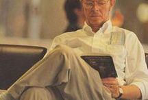 Berühmte Leseratten / Auch Prominente und Künstler wissen ab und an ein gutes Buch oder eine Zeitung sehr zu schätzen.