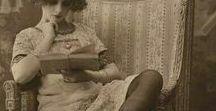 Vintage / Alte Bilder, meist schwarz/weiß, aus vergangenen Tagen, immer mit einem Buch oder einer Zeitung