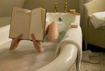 Badezimmer / Ein warmes Bad, ein gutes Buch, und die Entspannung kommt von ganz alleine. Oder einfach nur an einem ungewöhnlichen Ort lese. Warum nicht?