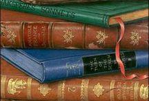 Stapel / Bücher aufeinander gestapelt, zu Türmen aufgebaut, Bücherstapel, Büchertürme, egal ob alt oder neu.