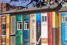 Häuser / Häuser die wie Bücher aussehen, groß und beeindruckend.