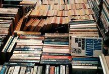 Tische / Büchertische laden zum wühlen und stöbern geradezu ein.