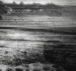 Mo Verlaan / 'In mijn werk onderzoek ik licht en lichtval. Door middel van standpunt en compositie en doordat ik veel lagen aanbreng in het beeld zoek ik de grens van abstractie op. Ik sleutel aan het beeld tot materie bijna is gedematerialiseerd, tot elk beeld een tastbare intimiteit bezit, tot tijd en ruimte een nieuwe dimensie vormen waaraan de kijker zijn eigen invulling kan geven.'