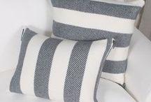 Accessoires | Coussins - Cushions / Aaaah les accessoires déco, c'est un peu la baguette magique du design intérieur ! Pour ajouter de la personnalité au sofa de ton salon ou pour donner un p'tit air d'hôtel à ta chambre à coucher, fais le plein d'idées jolies de coussins colorés, à motifs, en tricot, coton, cuir ou encore en fausse fourrure. (Psssttt ! ici, artisans locaux et design écoresponsable souvent à l'honneur :D) Bonne découverte ! Rejoins la #TribuCréative pour encore + d'inspiration => tandemcodesign.com/infolettre