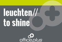leuchten//to shine / Mehr als zehntausend Mal pro Tag springt der Blick an einem Bildschirmarbeitsplatz zwischen Unterlagen, Tastatur und Bildschirm hin und her – eine enorme Leistung für die Augen. Diese ist nur zu schaffen, wenn die Beleuchtung am Arbeitsplatz stimmt. Wie Sie Ihre Bürobeleuchtung augenfreundlich, inspirierend und motivierend gestalten können, verraten wir Ihnen hier. www.office-plus.de