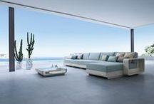 Kolekcja Ocean / Zestaw wykonany z białego płaskiego ecorattanu na stelażu aluminiowym. Poduchy w kolorze błękitnym. Zestaw w śródziemnomorskich klimatach!