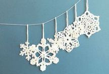 Christmas tree decorations / Festive ideas for decorating a Christmas tree with ornaments, garlands, and more.