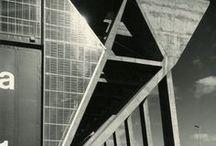 Otto Apel / Otto Apel (* 30. Dezember 1906 in Vatterode[1]; † 19. März 1966 in Frankfurt am Main) war ein deutscher Architekt. Apels Bauten stehen am Übergang von der NS-Architektur zur modernistischen Architektur der 1950er Jahre, als der Anschluss an die internationalen Architekturströmungen (z.B. Le Corbusier) gesucht wurde. Typisch für seinen Stil sind weit auskragende Gesimse sowie feingliedrige Fensterrahmen aus Aluminium mit goldeloxierten Profilen.
