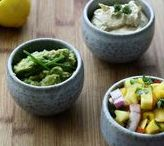 Dips- & Salsarezepte / Frische Dips und Salsa lassen sich ohne viel Aufwand schnell zubereiten. Diese Vorschläge sind unsere persönlichen Lieblingsbegleiter für saftige Steaks, knackiges Gemüse und krosses Brot. Ob als Vorspeise, Beilage oder zum Grillen. In der Regel sind sie 2-3 Tage im Kühlschrank haltbar und lassen sich so gut vorbereiten. Und so schmecken Gurke & Co gleich doppelt lecker und für Partys sind sie einfach ideal!