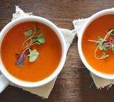 Suppen- und Soßenrezepte / Unsere Suppen und Soßen Rezepte sind unglaublich vielfältig, schmecken cremig, würzig, scharf, süß oder deftig. Heiß geliebt und gern gelöffelt. Suppen sind das ganze über Jahr gefragt – und das zu Recht! Diese köstlichen Seelenwärmer werden Sie lieben. Vergessen Sie Soßen aus Tüten und Pulver – diese kreativen Soßen können Sie frisch ganz einfach selber machen. Eine wohl abgestimmte Soße ist die Krönung von jedem Gericht- egal ob für Fleisch, Fisch, Gemüse oder Nudeln.