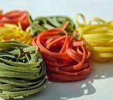 Pasta Rezepte / Leckere Nudelgerichte zum Verlieben. Ob Spaghetti, Bandnudeln, Lasagne, Ravioli oder Gnocchi. Heiß oder kalt, überbacken oder gekocht. Pasta macht glücklich und gehört unbestritten zu den Lieblingsrezepten von Groß und Klein. Frisch gemacht, mit allem was das Herz begehrt haben Nudeln immer Saison. Kräuter, guter Käse und Olivenöl. Zusammen ergibt sich ein herrlich aromatisches und gut haltbares Pesto. Es geht aber auch elegant, mit und ohne Fleisch. Hauptsache lecker.