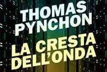 La cresta dell'onda / Una mappa, spesso immaginaria e sempre arbitraria, del romanzo di Thomas Pynchon.