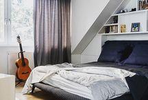 Sypialnia / Niewidoczna szafa w sypialni. Taki meble pozwalają Ci na pełną swobodę w aranżacji. Kolorowe dodatki czynią wnętrze pozytywnym.